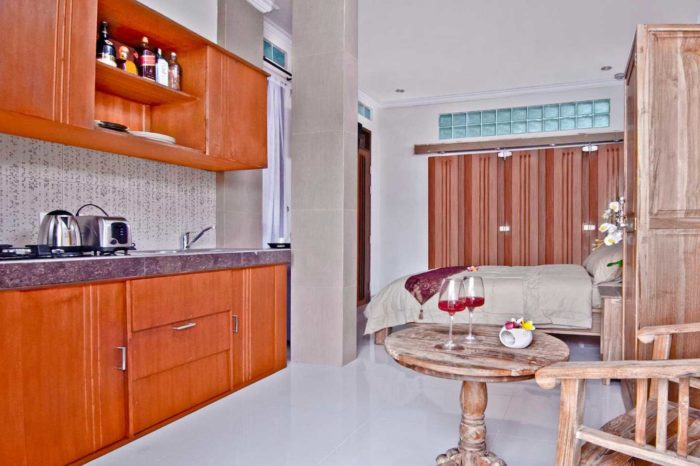 Kuta Ecostay Suite - The kitchenette has two gas rings, microwave and medium fridge